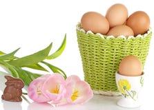 Ovos de Brown e Tulips cor-de-rosa Imagem de Stock Royalty Free