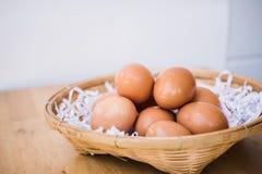 Ovos de Brown em uma cesta de vime Fotos de Stock Royalty Free