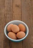 Ovos de Brown frescos da exploração agrícola de galinha em uma bacia do vintage Fotos de Stock