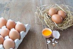 Ovos de Brown na caixa da caixa imagem de stock