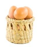 Ovos de Brown na cesta isolada no branco Imagens de Stock