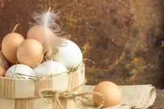 Ovos de Brown na tabela de madeira Ovo da galinha Cesta dos ovos de galinha Imagem de Stock Royalty Free