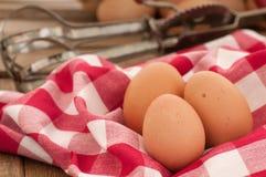 Ovos de Brown no ajuste da cozinha do país Fotografia de Stock Royalty Free
