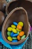 Ovos de chocolate da Páscoa no fundo de madeira rústico Vista superior Imagem de Stock Royalty Free