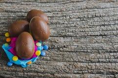 Ovos de chocolate da Páscoa no fundo de madeira rústico Vista superior Foto de Stock