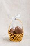 Ovos de chocolate em uma cesta de vime Fotografia de Stock Royalty Free