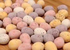 Ovos de chocolate fracos na tabela Foto de Stock