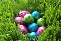 Ovos de chocolate pequenos na coberta brilhante Imagem de Stock Royalty Free
