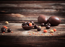 Ovos de chocolate sobre o fundo de madeira Imagens de Stock