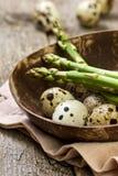 Ovos de codorniz, aspargo Imagens de Stock