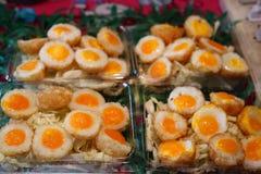Ovos de codorniz bonitos em uma caixa plástica fotos de stock
