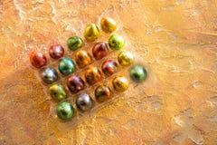 Ovos de codorniz brilhantes tingidos coloridos da Páscoa Bloco completo do canto dos ovos no fundo alaranjado Vista superior Copi Fotos de Stock Royalty Free