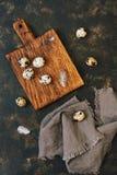 Ovos de codorniz com penas em uma opinião superior de placa de corte Páscoa fotografia de stock