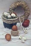 Ovos de codorniz da Páscoa com ovos brancos em um potenciômetro Fotografia de Stock Royalty Free