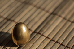 Ovos de codorniz dourados festivos bonitos, fundo de easter imagens de stock