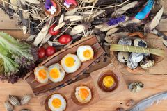 Ovos de codorniz e ovos de codorniz fritados de delicioso Foto de Stock