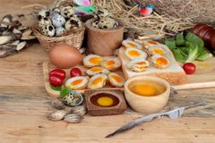 Ovos de codorniz e ovos de codorniz fritados de delicioso Imagens de Stock Royalty Free