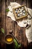 Ovos de codorniz em especiarias da cesta e da terra em um almofariz Imagem de Stock