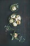 Ovos de codorniz em moldes de metal e flores secadas para a Páscoa Fotos de Stock Royalty Free