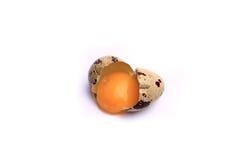 Ovos de codorniz, isolados no fundo branco Foto de Stock