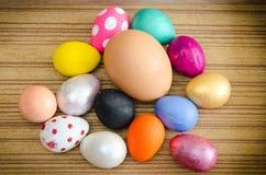 Ovos de codorniz pintados pelos ofícios das crianças para ovos da páscoa, feitos a mão do cartaz da cor pintado imagens de stock