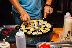 Ovos de codorniz tailandeses do cozinheiro do homem Imagem de Stock Royalty Free