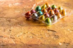 Ovos de cores diferentes, ovos de codorniz no fundo alaranjado Conceito feliz de Easter Alimento saudável da Páscoa Copie o espaç Fotografia de Stock Royalty Free