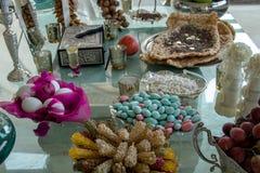 Ovos de doces brancos e azuis cor-de-rosa, greep na tabela de vidro fotos de stock royalty free