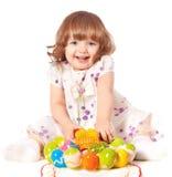 Ovos de Easter bonitos da terra arrendada da menina Fotos de Stock