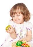 Ovos de Easter bonitos da terra arrendada da menina Fotografia de Stock Royalty Free