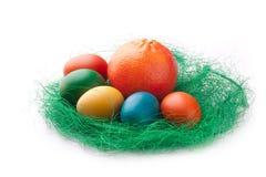 Ovos de Easter coloridos com uma laranja Fotografia de Stock