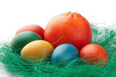 Ovos de Easter coloridos com uma laranja Foto de Stock