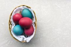 Ovos de Easter coloridos em uma cesta Fotos de Stock