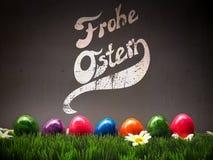 Ovos de Easter coloridos em uma fileira Fotos de Stock