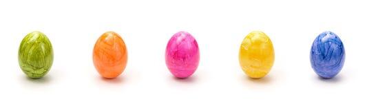 Ovos de Easter coloridos em uma fileira Foto de Stock