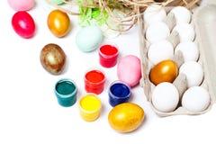 Ovos de Easter coloridos isolados no fundo branco Pinte latas Imagem de Stock Royalty Free