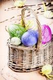 Ovos de easter coloridos na cesta Fotografia de Stock