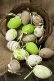 Ovos de Easter coloridos na cesta de vime Fotografia de Stock Royalty Free