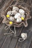 Ovos de Easter coloridos na cesta de vime Fotos de Stock