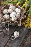 Ovos de Easter coloridos na cesta de vime Imagens de Stock