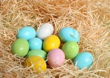 Ovos de easter coloridos na palha Imagem de Stock
