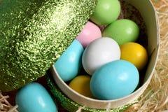 Ovos de easter coloridos na palha Fotos de Stock