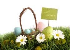 Ovos de Easter com a cesta na grama Fotografia de Stock Royalty Free