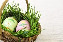Ovos de Easter com grama verde Fotos de Stock