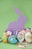 Ovos de Easter com lebre e galinha Fotos de Stock Royalty Free