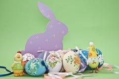 Ovos de Easter com lebre e galinhas Imagem de Stock