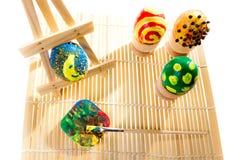 Ovos de easter da pintura na oficina Imagens de Stock Royalty Free