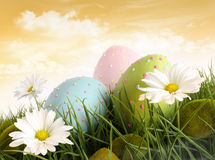Ovos de easter decorados na grama com flores Fotos de Stock