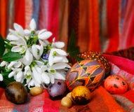Ovos de Easter e snowdrops Imagem de Stock Royalty Free