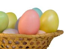 Ovos de Easter em uma cesta Fotografia de Stock Royalty Free